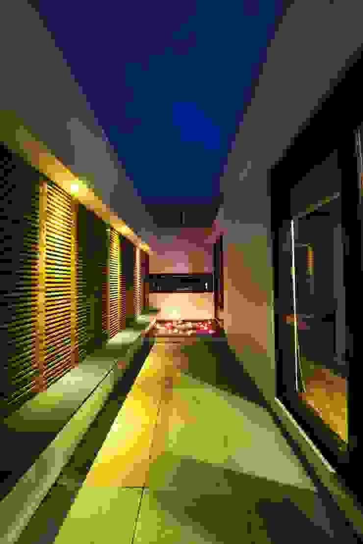 the private court Modern balcony, veranda & terrace by étendre Modern Stone