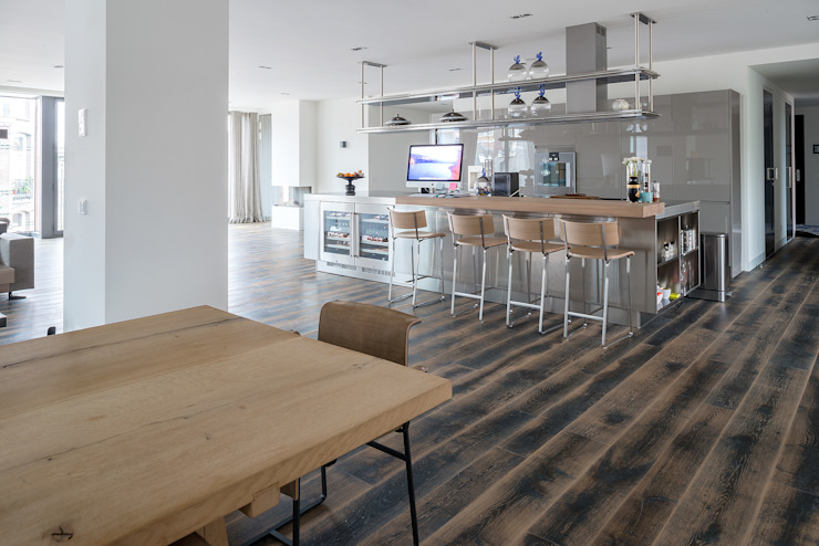Paredes y pisos de estilo moderno de Dennebos Flooring BV Moderno Madera Acabado en madera