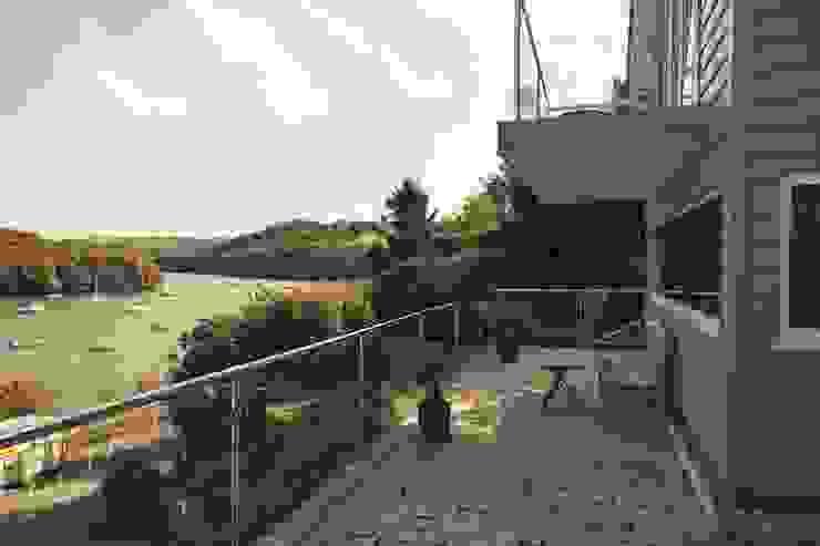 Driftwood House, Golant Modern balcony, veranda & terrace by Laurence Associates Modern