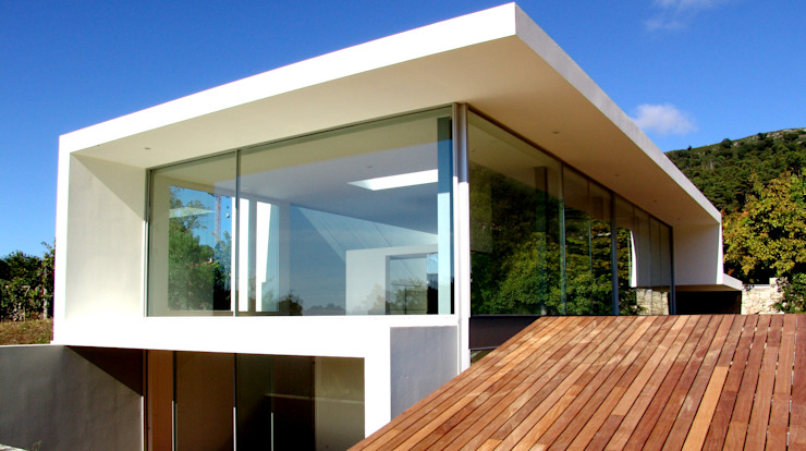 房子 by MANUEL CORREIA FERNANDES, ARQUITECTO E ASSOCIADOS, 現代風