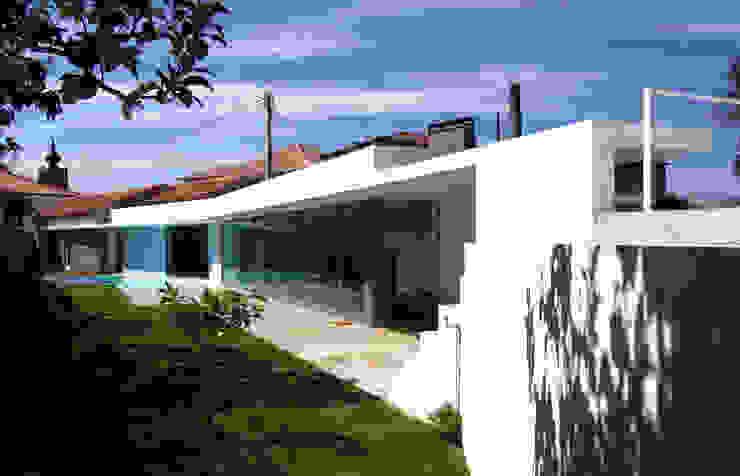 Fachada: Casas  por MANUEL CORREIA FERNANDES, ARQUITECTO E ASSOCIADOS,