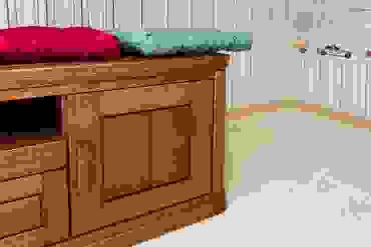 Фрагмент мебели в детской комнате. Шкафчики напольные для сидения. от INTERIOR PROJECT studio Классический Дерево Эффект древесины