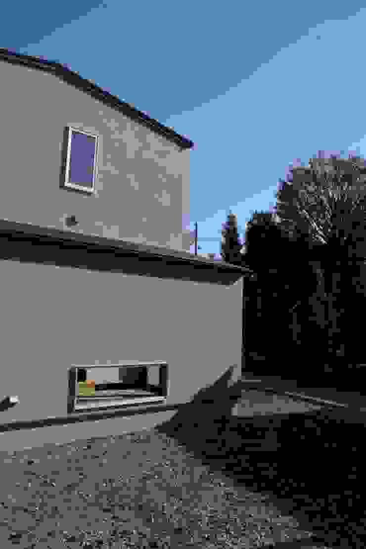 大きな出窓の家 ラスティックな 家 の オノ・デザイン建築設計事務所 ラスティック 無垢材 多色