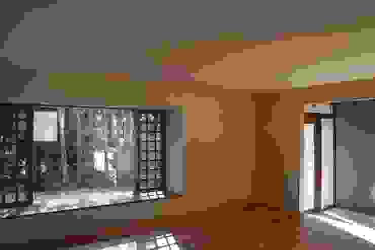 大きな出窓の家 ラスティックデザインの リビング の オノ・デザイン建築設計事務所 ラスティック
