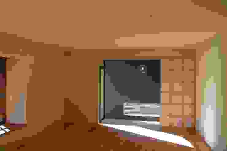大きな出窓の家 ラスティックスタイルの 玄関&廊下&階段 の オノ・デザイン建築設計事務所 ラスティック 無垢材 多色