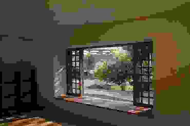 大きな出窓の家 ラスティックデザインの リビング の オノ・デザイン建築設計事務所 ラスティック 無垢材 多色