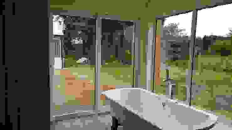 Ванные комнаты в . Автор – Architects Scotland Ltd, Модерн Фарфор