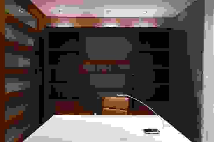 Escritório Espaços de trabalho clássicos por Stoc Casa Interiores Clássico