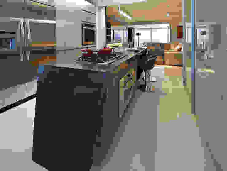 Nowoczesna kuchnia od Bellini Arquitetura e Design Nowoczesny