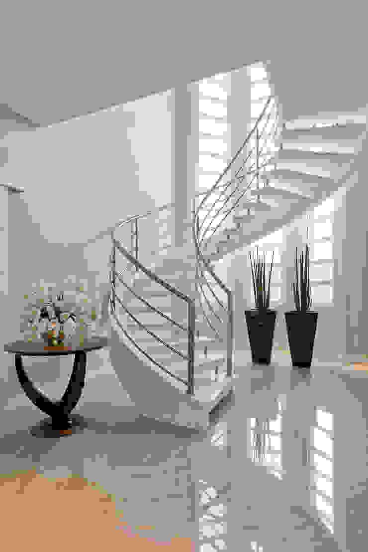 RVD Corredores, halls e escadas clássicos por Angelica Pecego Arquitetura Clássico