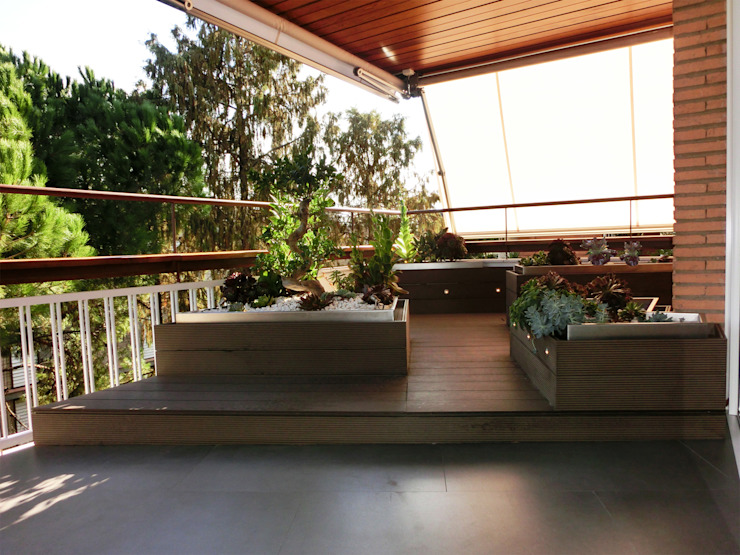 Terrace designed and built with a platform and planted areas made of synthetic wood. من Daifuku Designs أسيوي