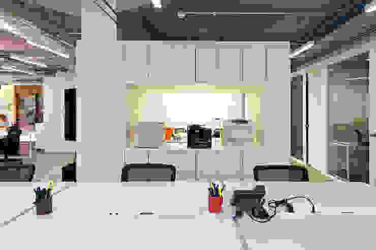 Nueva sede operativa PIZZOLANTE Estrategia + Comunicación Oficinas de estilo moderno de CENTRAL ARQUITECTURA Moderno Aglomerado