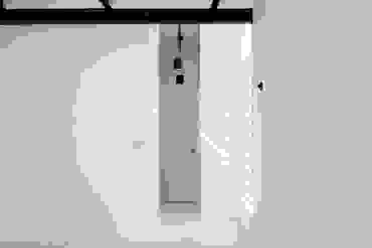 Apartamento Blanco y Negro Cuartos de estilo minimalista de CENTRAL ARQUITECTURA Minimalista