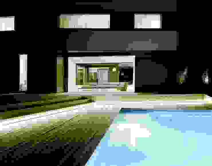 Pool-Terrasse bei Nacht mit LED-Beleuchtung:  Pool von pur natur,Minimalistisch Holz Holznachbildung