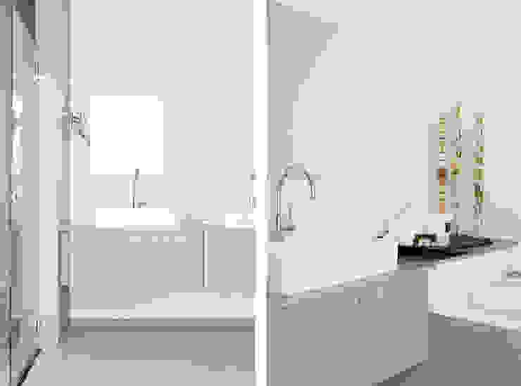 Appartement aan Zee Moderne badkamers van Grego Design Studio Modern