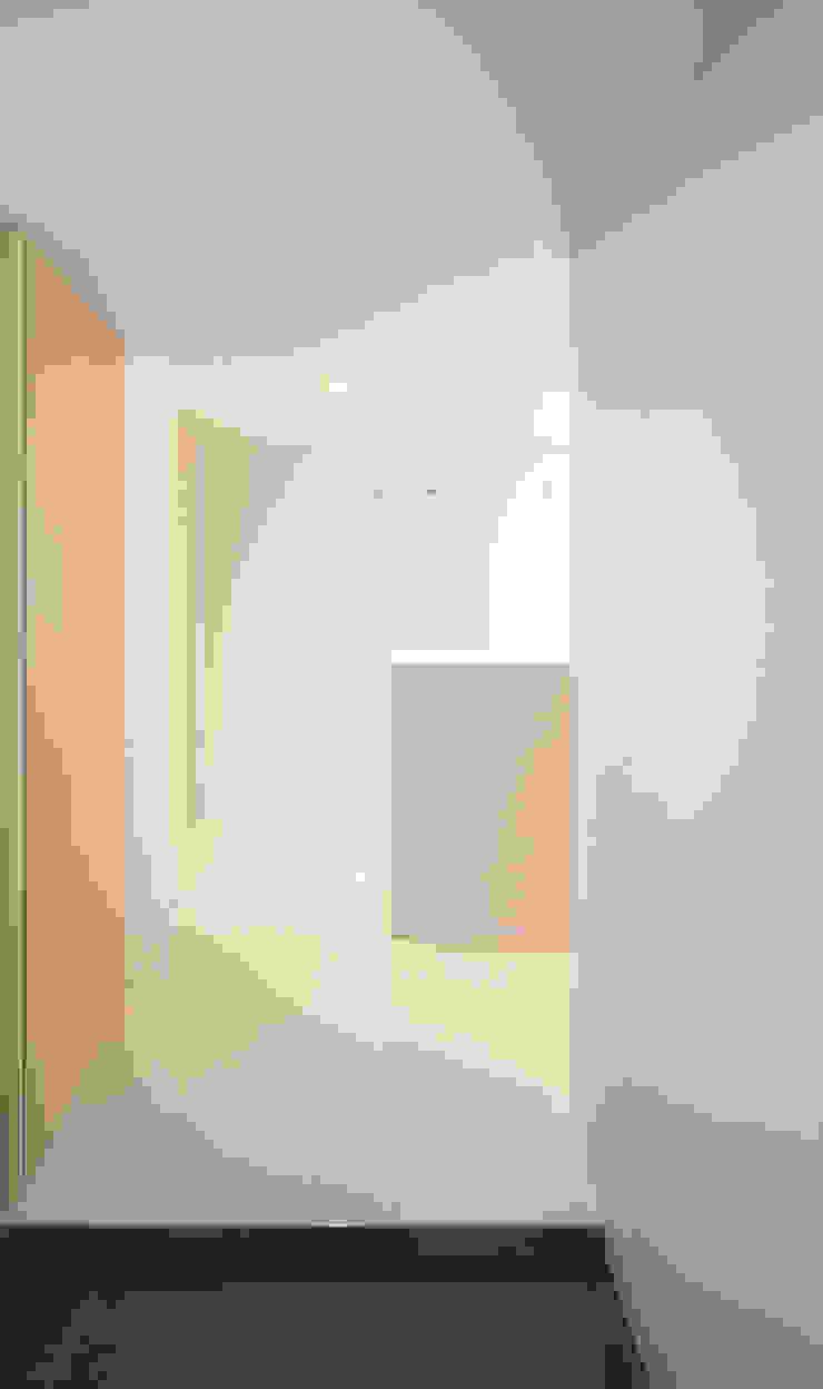 玄関ホール: カナタニ建築設計工房が手掛けた現代のです。,モダン