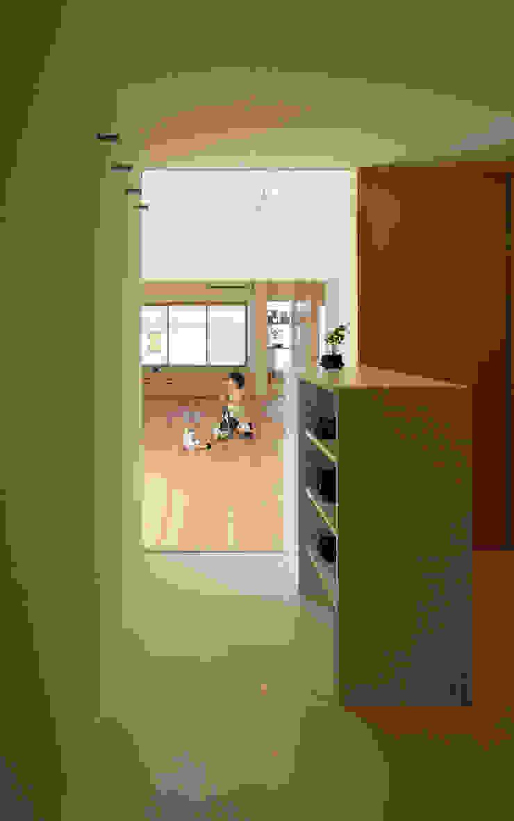 玄関ホールからリビング: カナタニ建築設計工房が手掛けた現代のです。,モダン