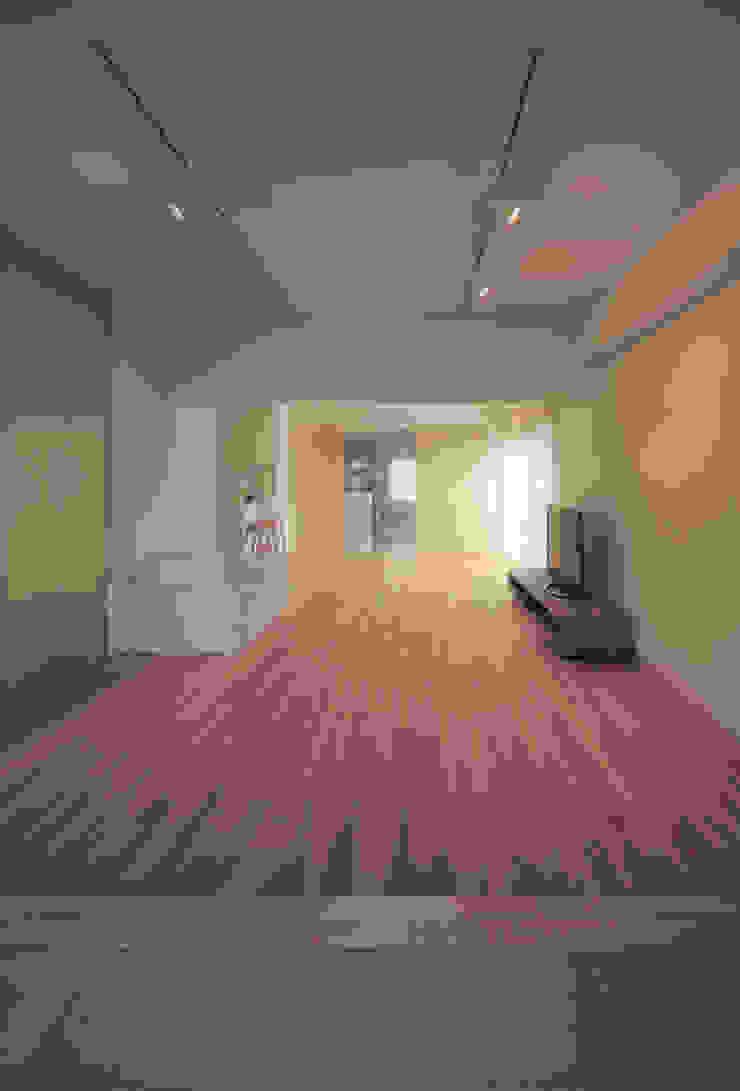 リビング: カナタニ建築設計工房が手掛けた現代のです。,モダン