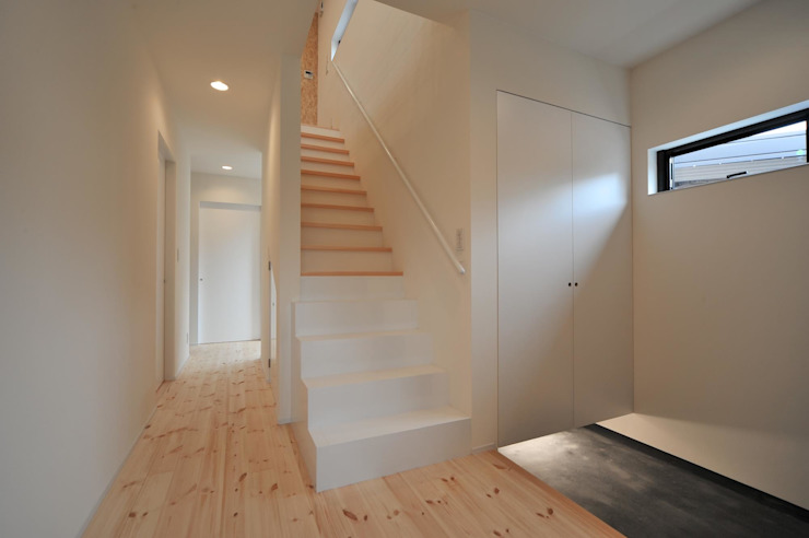 Minimalist corridor, hallway & stairs by 若山建築設計事務所 Minimalist Wood Wood effect