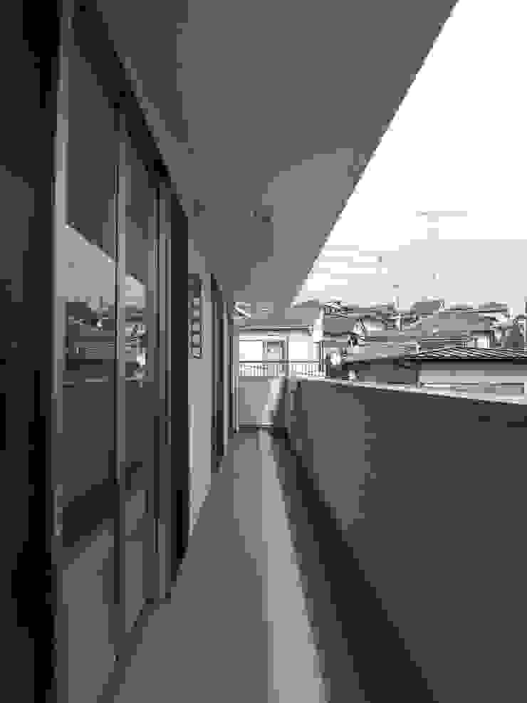 バルコニー: モノマ建築設計事務所が手掛けたミニマリストです。,ミニマル