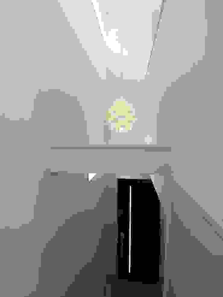 吹き抜け: モノマ建築設計事務所が手掛けたミニマリストです。,ミニマル