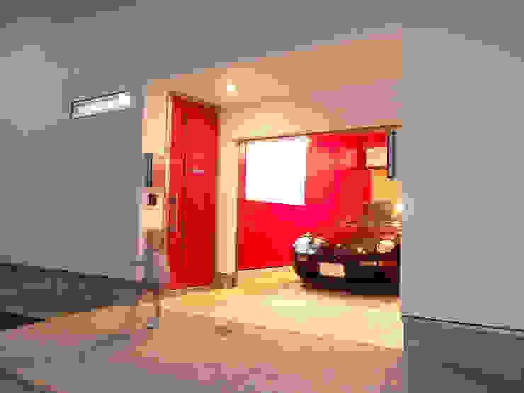 ガレージ、SOHO玄関: モノマ建築設計事務所が手掛けたミニマリストです。,ミニマル