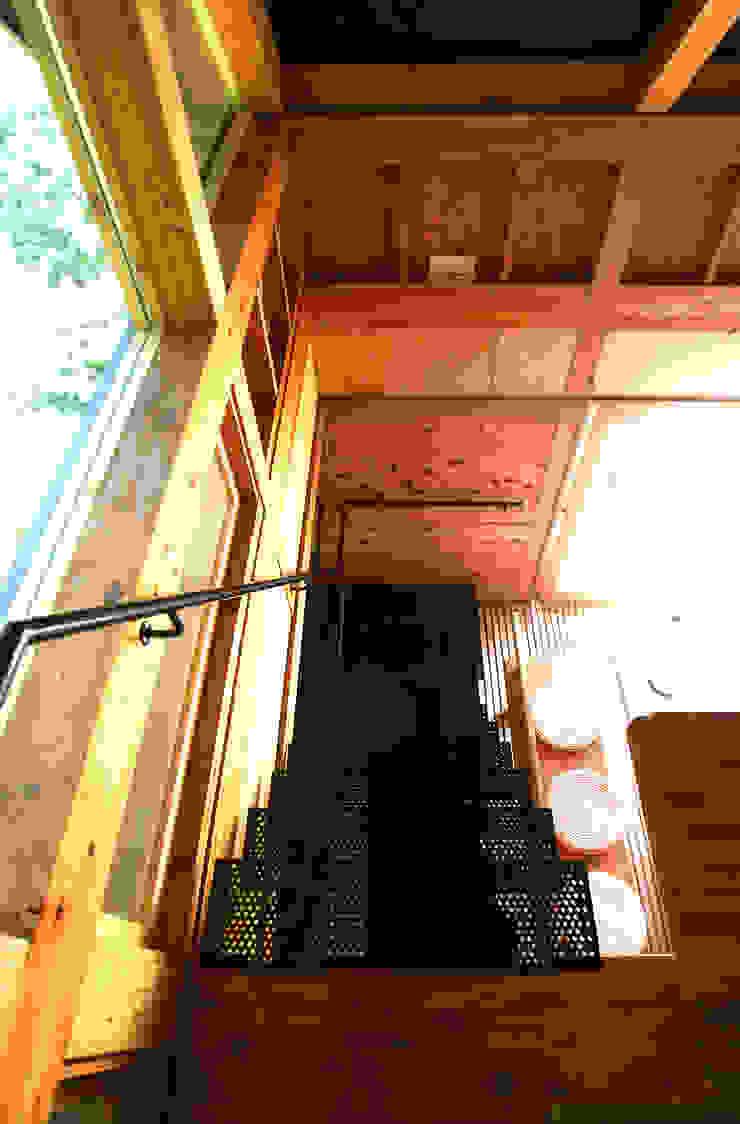 透ける階段 和風スタイルの 壁&フローリングデザイン の 樋口善信建築計画事務所 和風 木 木目調