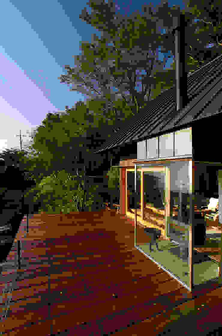 10畳分のデッキスペース 和風デザインの テラス の 樋口善信建築計画事務所 和風 木 木目調