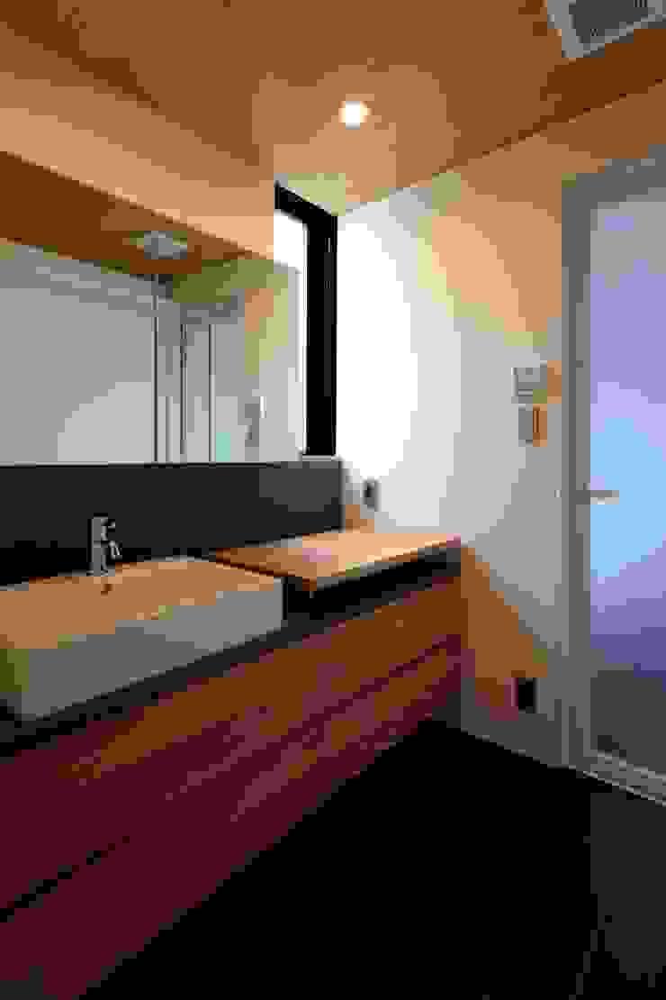 まぁるい引き手のある家 モダンスタイルの お風呂 の 有限会社Kaデザイン モダン