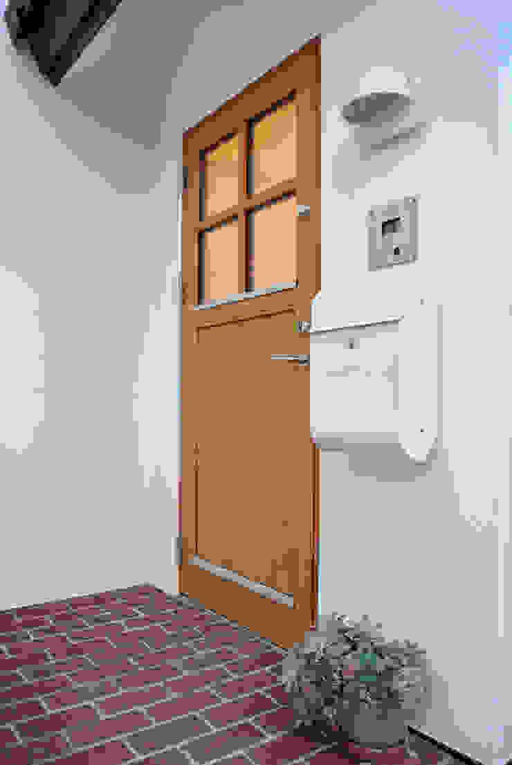 デンマークデザインが美しいエントランス 北欧スタイルの 玄関&廊下&階段 の 株式会社 ヨゴホームズ 北欧