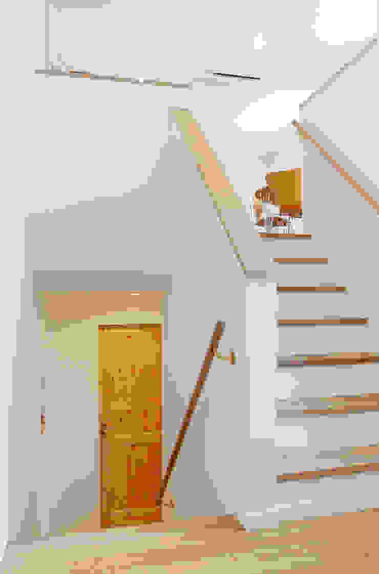 キッズルームのフロアを中心につながるエレベーション 北欧スタイルの 玄関&廊下&階段 の 株式会社 ヨゴホームズ 北欧