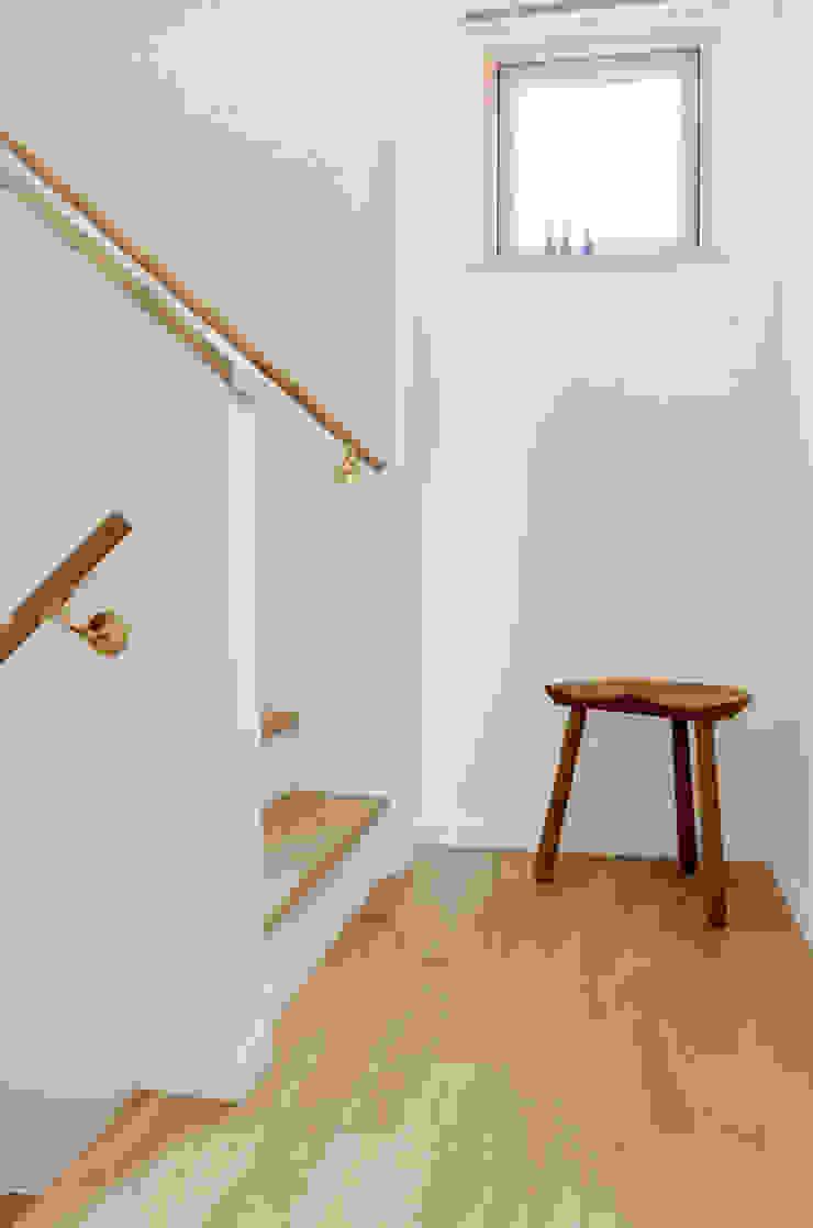 何故か近く感じられるスキップフロアの間取り 北欧スタイルの 玄関&廊下&階段 の 株式会社 ヨゴホームズ 北欧