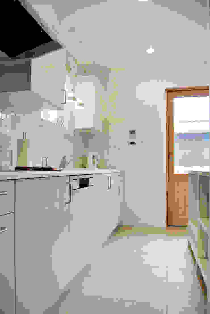 水廻りがつながる便利動線の先にはバルコニー 北欧デザインの キッチン の 株式会社 ヨゴホームズ 北欧