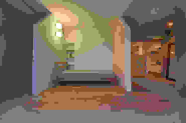 Dormitorios de estilo  de MARCH AND STORE, Escandinavo Madera maciza Multicolor