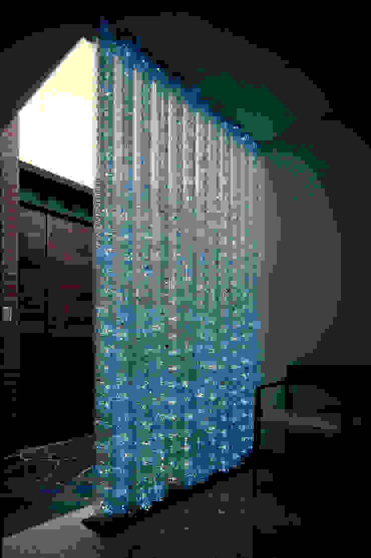壁に住む家 モダンスタイルの お風呂 の 合資会社d.n.a. モダン