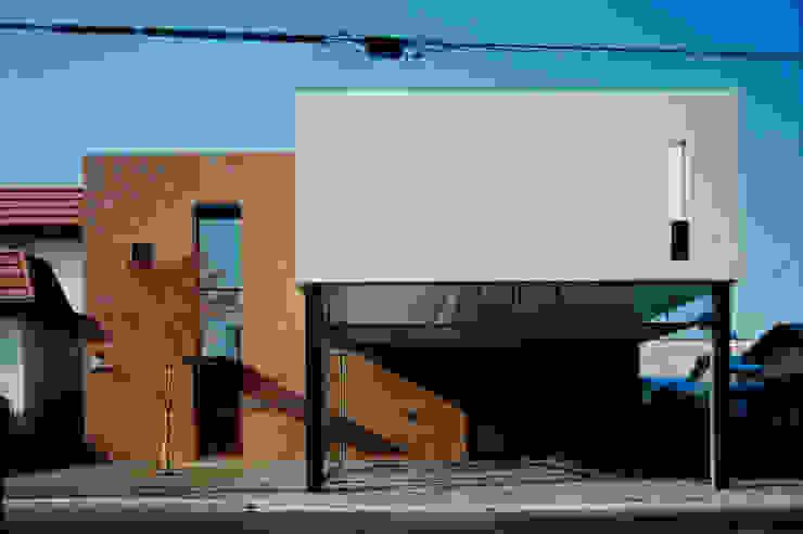 壁に住む家 モダンな 家 の 合資会社d.n.a. モダン