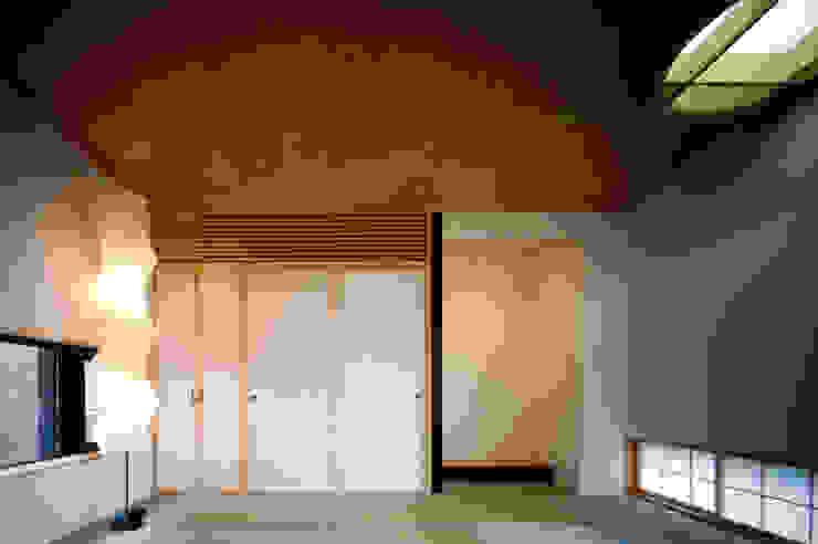 壁に住む家 モダンスタイルの寝室 の 合資会社d.n.a. モダン