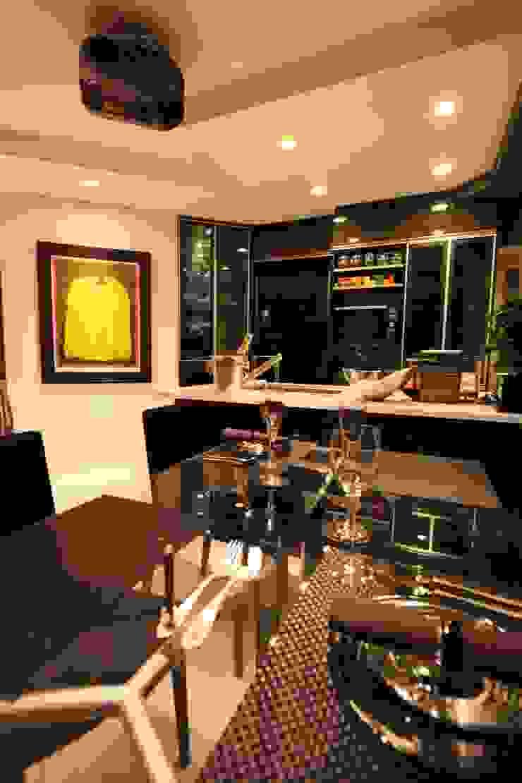 「男の空間」シアターリビング モダンな キッチン の 株式会社Juju INTERIOR DESIGNS モダン ガラス