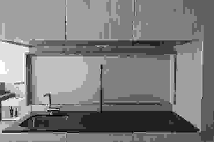 APARTAMENTO EN LA PLAYA Cocinas de estilo moderno de JUANCHO GONZALEZ Moderno