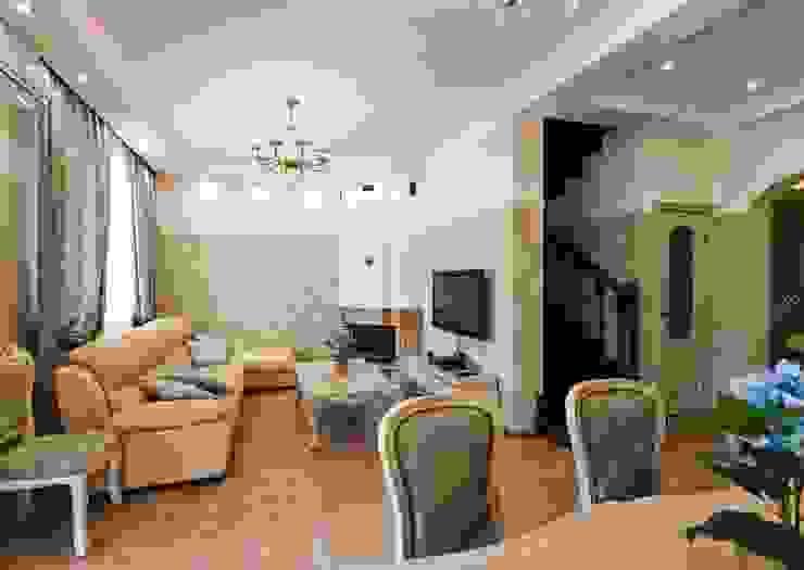 гостиная, вид на лестницу, ведущую на 2й и 3й этажи. от INTERIOR PROJECT studio
