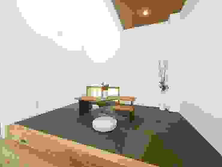 『 ほっとくつろぐ茶の間のあるすまい 』 和風デザインの 多目的室 の Live Sumai - アズ・コンストラクション - 和風 紙