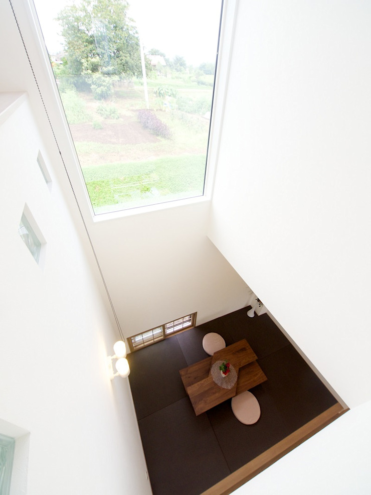 『 ほっとくつろぐ茶の間のあるすまい 』 モダンデザインの 多目的室 の Live Sumai - アズ・コンストラクション - モダン 紙