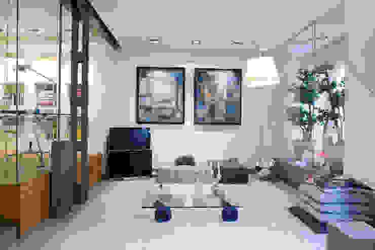 SALUD MILLENIUM ARCHITECTURE Salones de estilo moderno