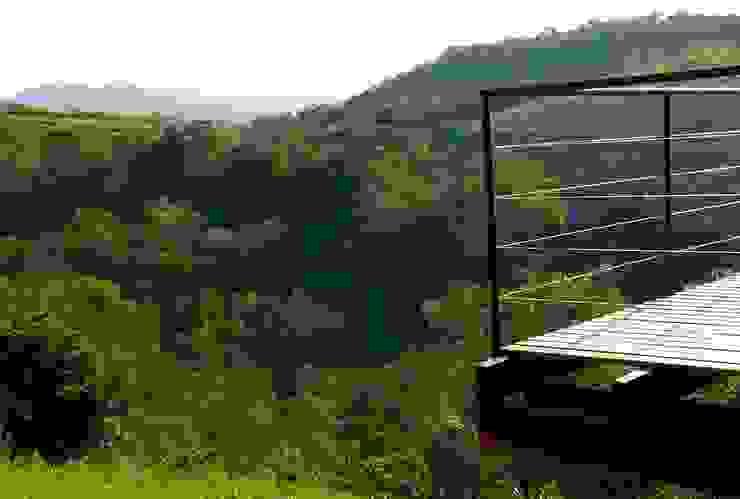 Balcones y terrazas rústicos de Cabana Arquitetos Rústico Hierro/Acero