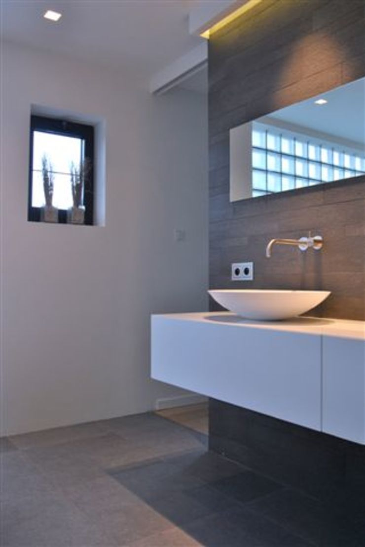 Restylen Villa te Essen Moderne badkamers van Vergouwen & Van Rijen architecten BNA BVBA Modern