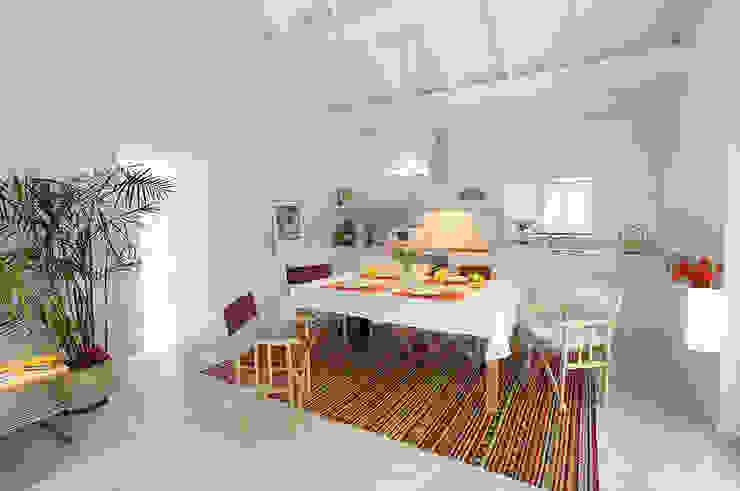 Столовая комната в стиле модерн от MANUEL CORREIA FERNANDES, ARQUITECTO E ASSOCIADOS Модерн