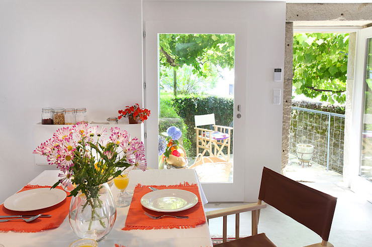 Modern dining room by MANUEL CORREIA FERNANDES, ARQUITECTO E ASSOCIADOS Modern
