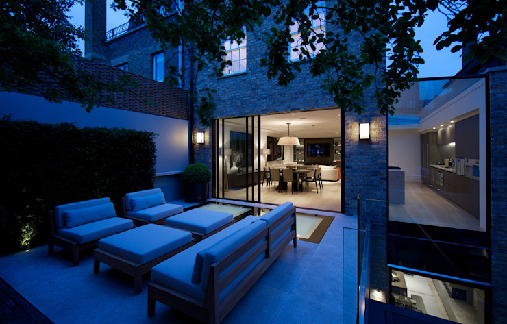 ​Back garden at Bedford Gardens House. Giardino moderno di Nash Baker Architects Ltd Moderno