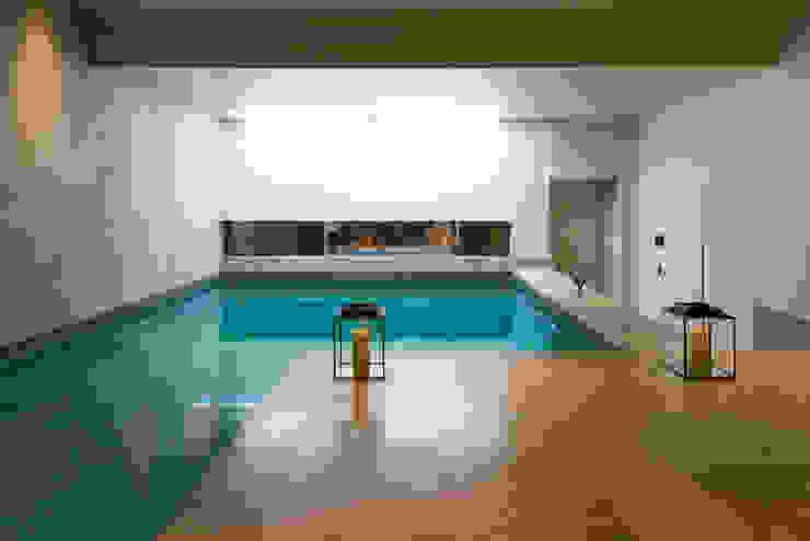 Basement pool at Bedford Gardens house. โดย Nash Baker Architects Ltd โมเดิร์น หิน