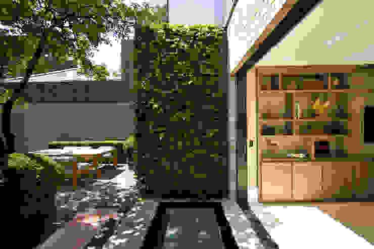 Back garden and view of office at Bedford Gardens house. โดย Nash Baker Architects Ltd โมเดิร์น